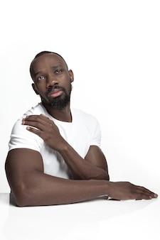 Portret van een jonge ernstige afrikaanse man in de studio.