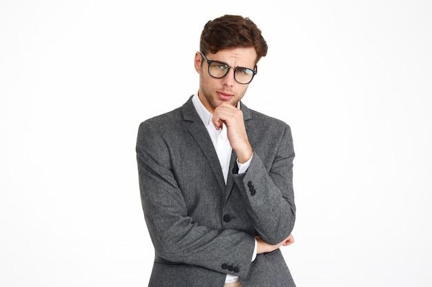 Portret van een jonge ernstige zakenman in brillen