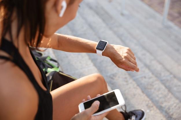 Portret van een jonge fitness vrouw in koptelefoon
