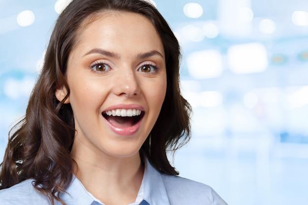 Portret van een jonge gelukkige glimlachende vrouw