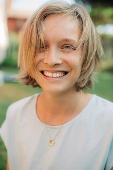 Portret van een jonge gelukkige vrouw die lacht aan de voorkant