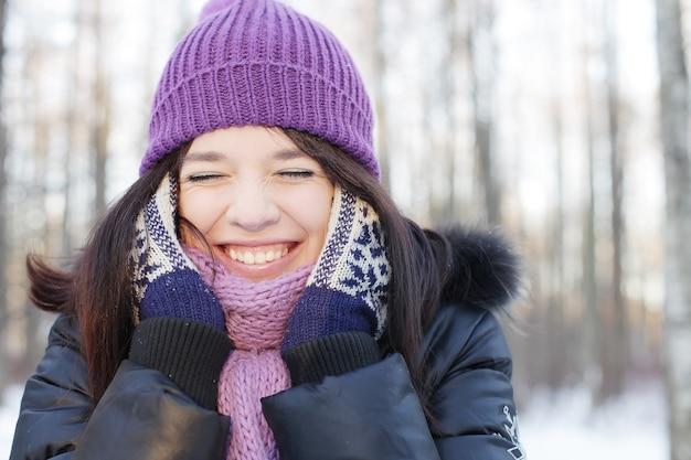 Portret van een jonge gelukkige vrouw in winterpark