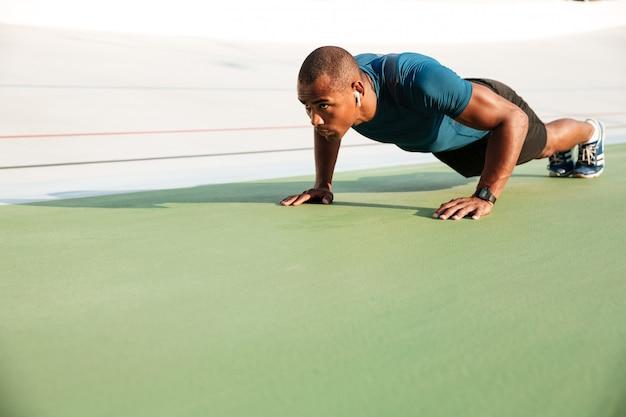 Portret van een jonge gezonde afro amerikaanse sportman
