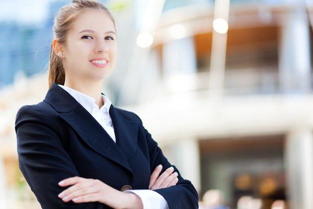 Portret van een jonge glimlachende zakenvrouw