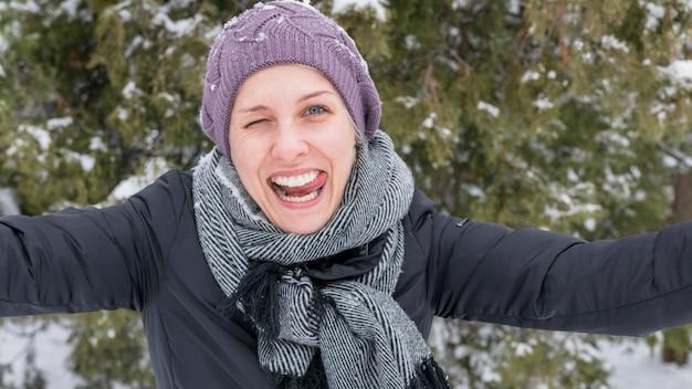 Portret van een jonge grappige vrouw plagend