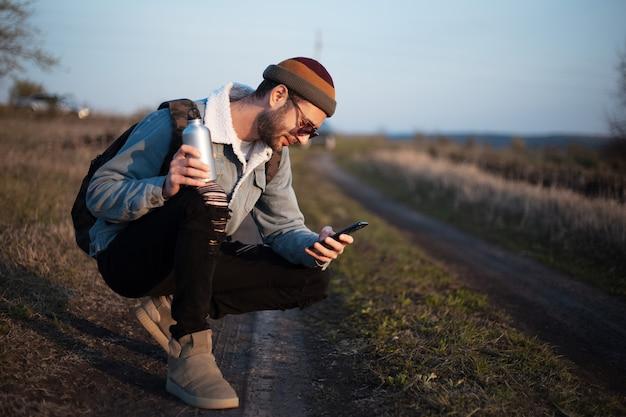Portret van een jonge hipster man met rugzak