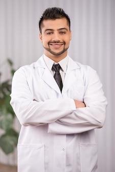Portret van een jonge indiase arts in de kliniek.