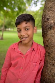 Portret van een jonge indiase jongen ontspannen in het park
