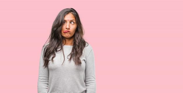 Portret van een jonge indiase vrouw gek en wanhopig, schreeuwen uit de hand