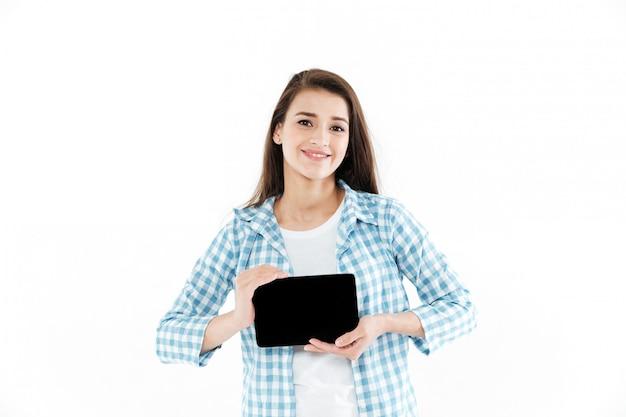 Portret van een jonge jonge vrouw die de lege computer van de het schermtablet toont
