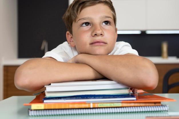 Portret van een jonge jongen denken