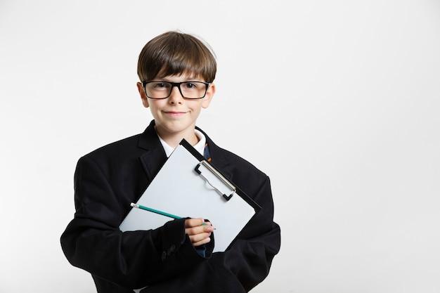 Portret van een jonge jongen die zich voordeed als zakenman