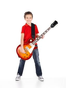 Portret van een jonge jongen met een elektrische gitaar - geïsoleerd op een witte achtergrond