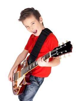Portret van een jonge jongen met een elektrische gitaar op wit wordt geïsoleerd