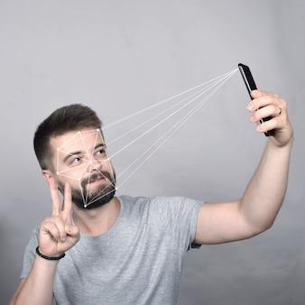 Portret van een jonge kerel en gezichtsherkenningssysteem