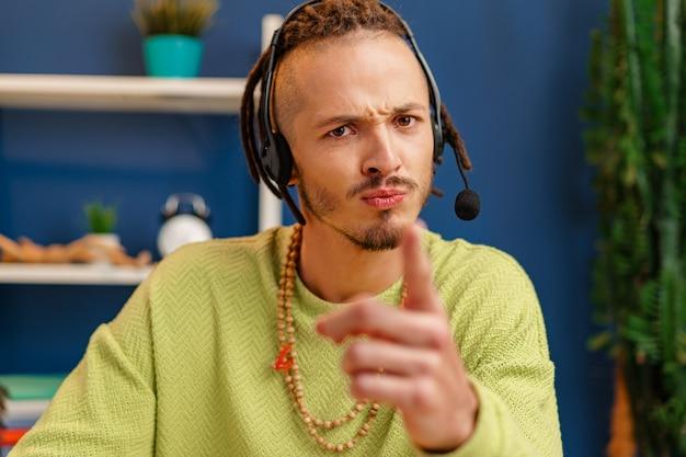 Portret van een jonge kerel met hoofdtelefoon, het concept van de klantendienstmedewerker