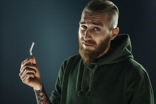 Portret van een jonge kerel om te stoppen met roken
