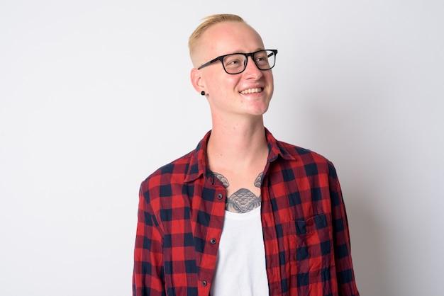 Portret van een jonge knappe hipster man met kort blond haar bril dragen op wit