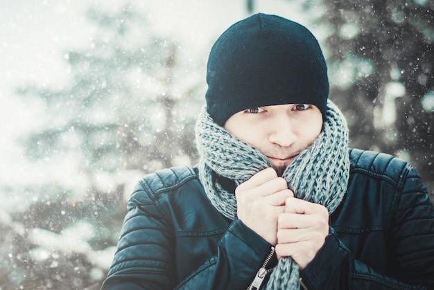 Portret van een jonge knappe man met een baard. winter levensstijl