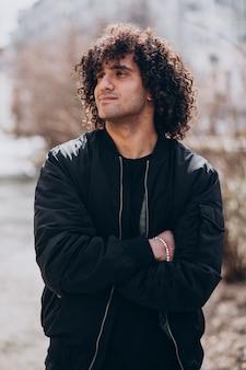 Portret van een jonge knappe man met krullend haar
