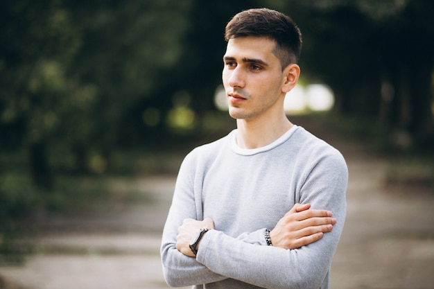 Portret van een jonge knappe man