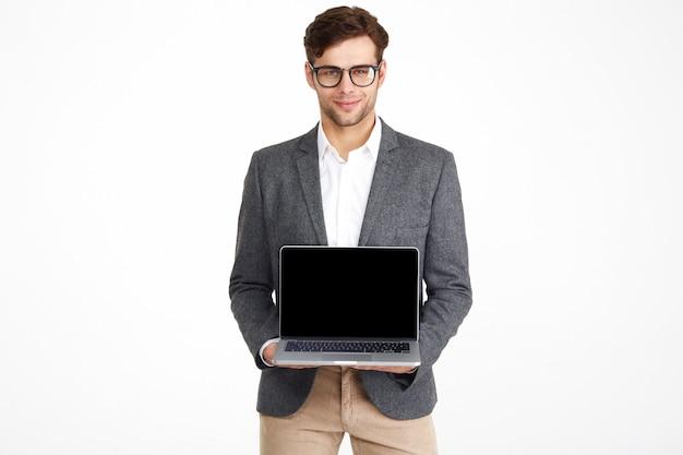 Portret van een jonge lachende zakenman in brillen