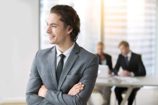 Portret van een jonge lachende zakenman