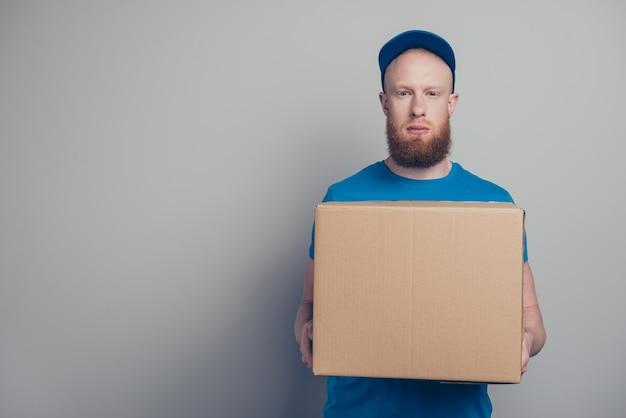 Portret van een jonge man aan het werk als koerier