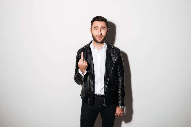 Portret van een jonge man die fuck you gebaar toont