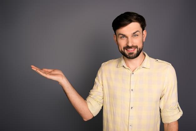 Portret van een jonge man die lacht