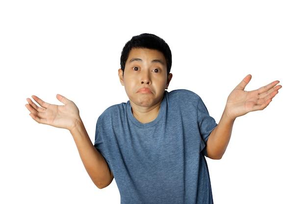 Portret van een jonge man draagt een blauw t-shirt met daarop ik weet geen gebaar, geen idee gebaar geïsoleerd op een witte achtergrond.