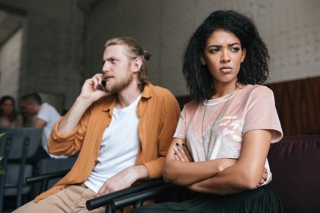 Portret van een jonge man en vrouw achter café