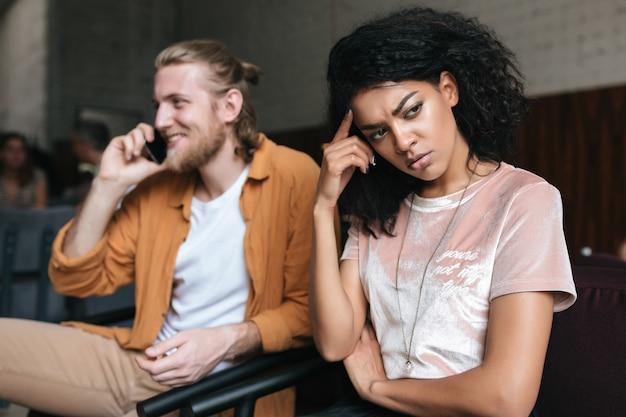 Portret van een jonge man en vrouw zitten in restaurant