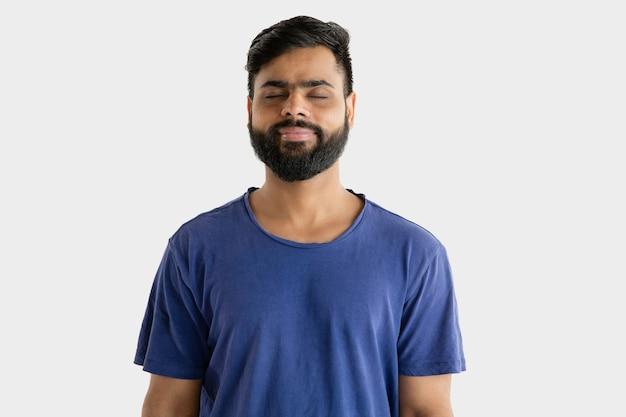 Portret van een jonge man geïsoleerd op een witte muur