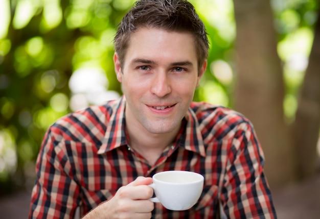 Portret van een jonge man het drinken koffie