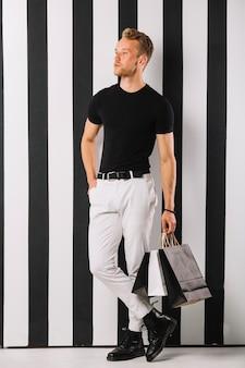 Portret van een jonge man in casual outfit