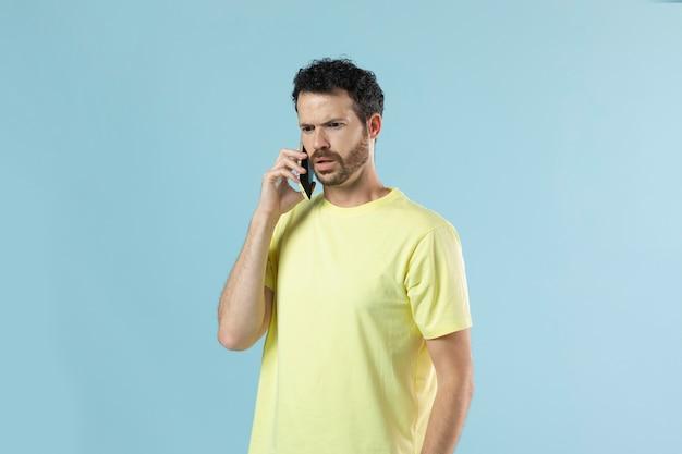 Portret van een jonge man in een geel shirt