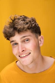 Portret van een jonge man in een gele scène