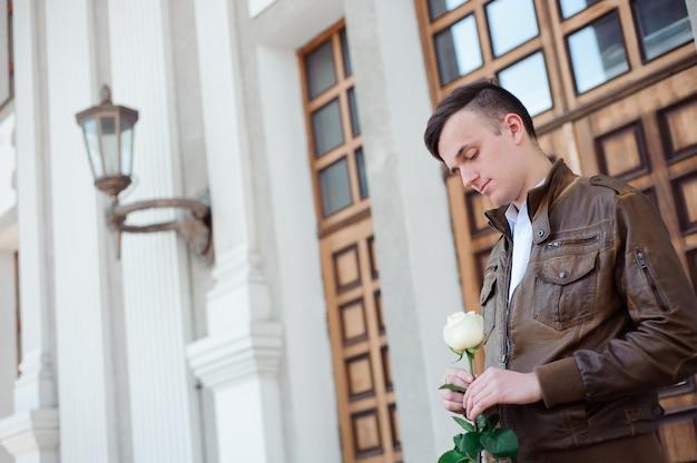 Portret van een jonge man in liefde die op zijn vriendin wacht