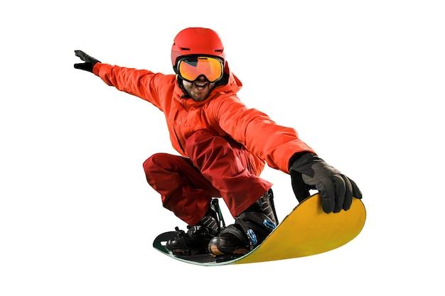 Portret van een jonge man in sportkleding met snowboard geïsoleerd op een witte studio achtergrond. de winter, sport, snowboarden, snowboarder, activiteit, extreem concept