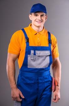 Portret van een jonge man in werkkleding.