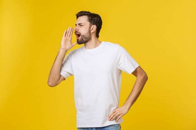 Portret van een jonge man luid schreeuwen met handen op de mond