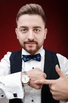Portret van een jonge man met baard shows om naar te kijken