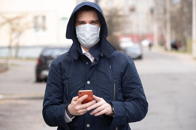 Portret van een jonge man met beschermend masker op straat