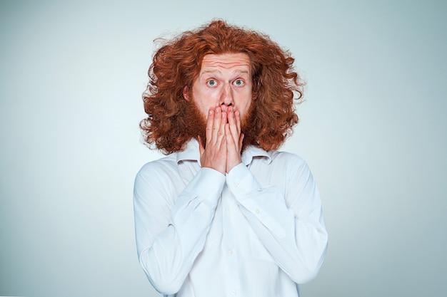 Portret van een jonge man met een geschokte gezichtsuitdrukking