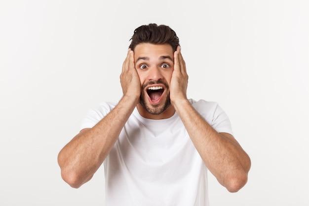 Portret van een jonge man met geschokte gelaatsuitdrukking