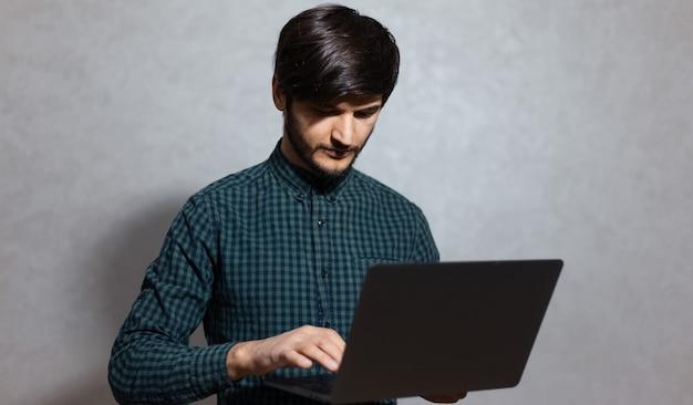 Portret van een jonge man, met laptop