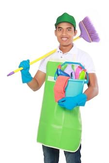 Portret van een jonge man met reinigingsapparatuur