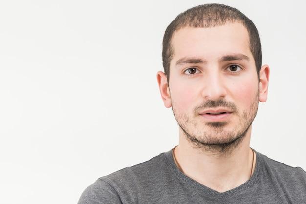 Portret van een jonge man op een witte achtergrond
