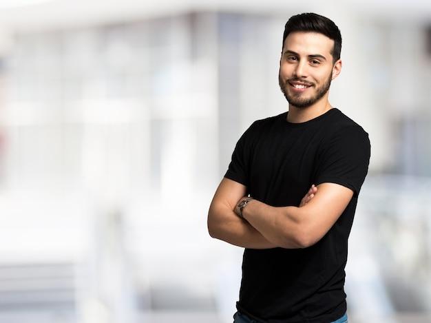 Portret van een jonge man tegen een heldere achtergrond